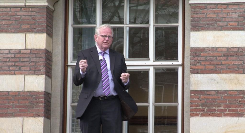 Joop Kooreman 67 jaar later in het raam van het Leidse stadhuis