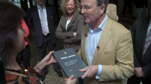 De heer Robert Croll overhandigd de petitie met 63.000 handtekeningen