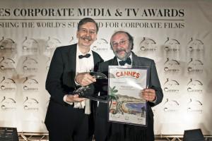 Alexander Kammel rijkt gouden dolfijn uit aan Robin Lutz
